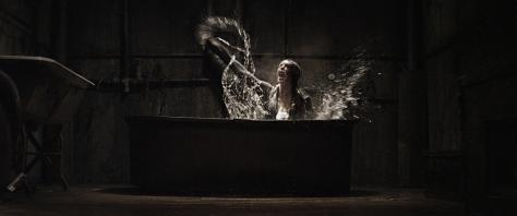 the-drownsman-bañera-ataque